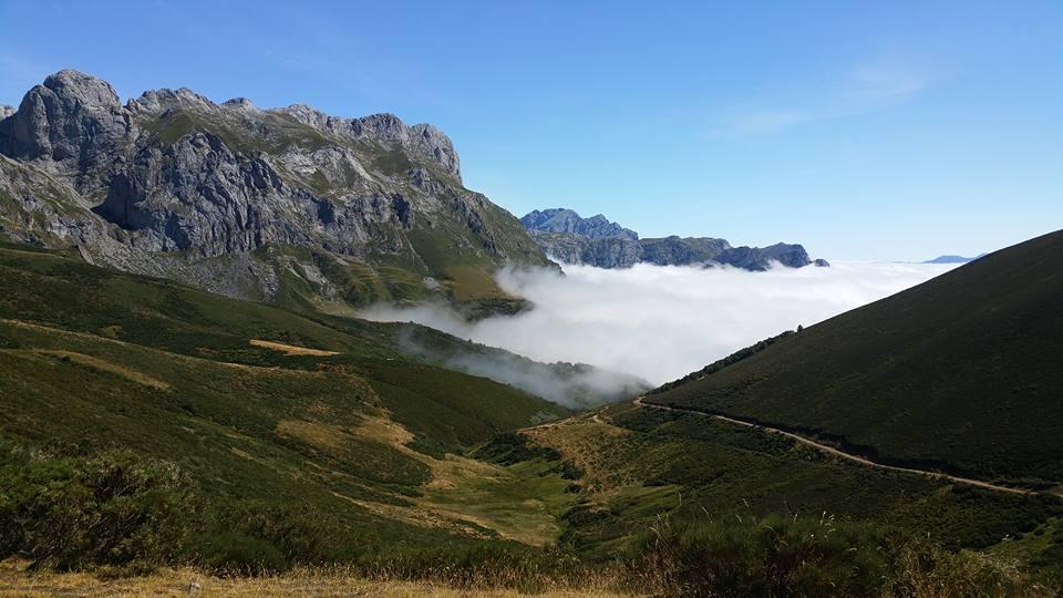 Picos de Europa | Paisaje con niebla en un valle